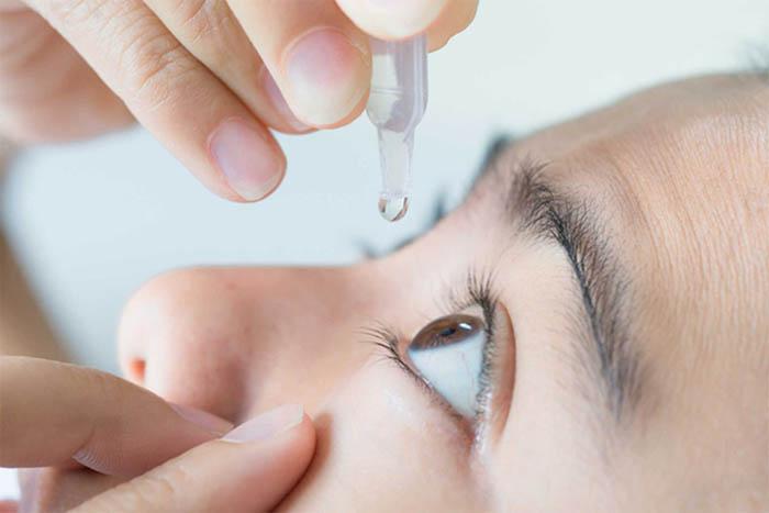 Dùng nước nhỏ mắt giúp tránh khô mắt và phòng ngừa mỏi mắt