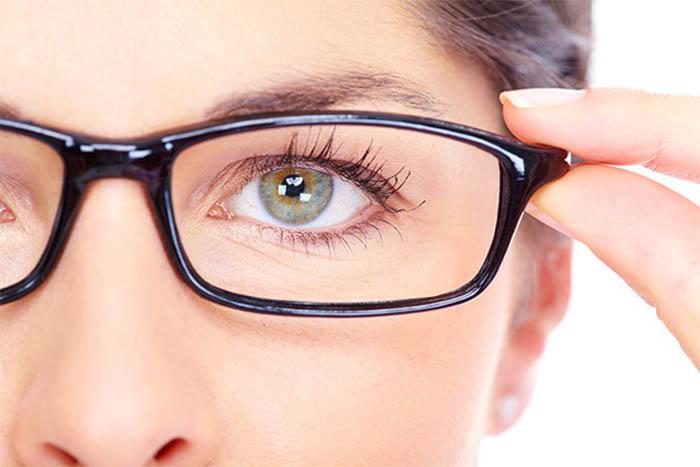 Khó khăn khi nhìn xa, phải nheo mắt,... có thể là dấu hiệu cận thị mà nhiều người còn chủ quan