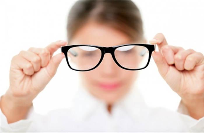Đeo kính là phương pháp phổ biến được người loạn thị lựa chọn
