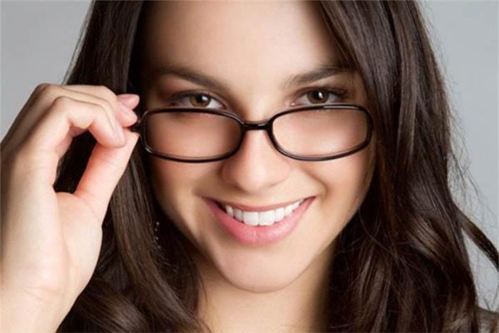 Người bị cận thị nên chú ý đeo kính đúng độ