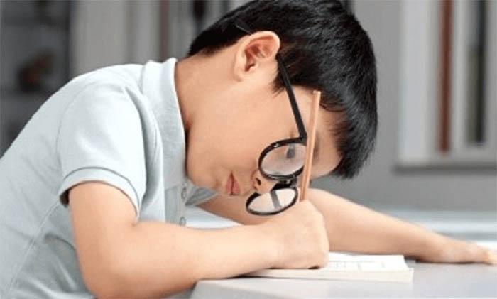 Có nhiều nguyên nhân khiến trẻ bị loạn thị