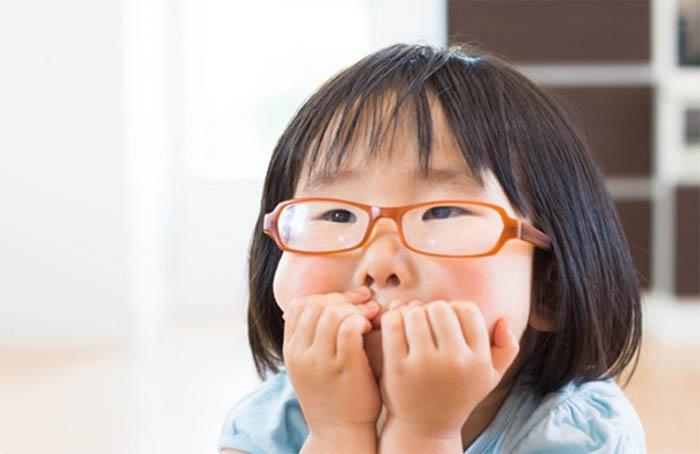 Đeo kính là phương pháp giúp trẻ bị loạn thị dễ quan sát hình ảnh rõ nét