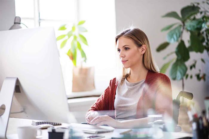 Cần chú ý tư thế ngồi làm việc và thói quen sinh hoạt để tránh ảnh hưởng đến mắt